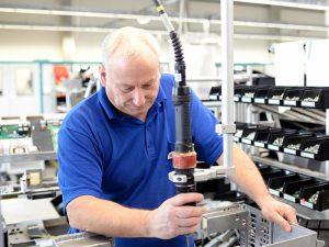 Bei der Planung der Beleuchtung von Industriearbeitsplätzen sollte auf ältere Mitarbeiter geachtet werden.
