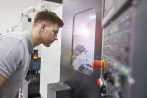 Dank dem Einsatz von Maschinenleuchten kann ein Mitarbeiter alles erkennen.